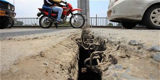 Losas y cables para reparar en el puente de Juanchito del Valle