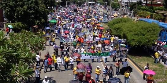 Marcha de maestros cruzó a Cali y otra bloqueó vía Panamericana