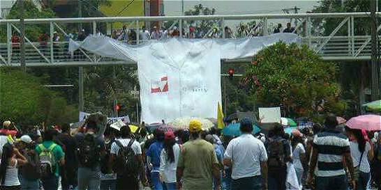'Marcha fúnebre' de universitarios por indolencia con hospital en Cali