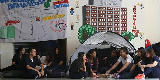 Incertidumbre de estudiantes por la crisis de la salud