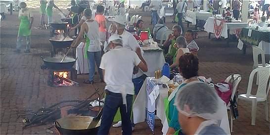 Centenares de tulueños se le midieron a batir dulce de manjar blanco