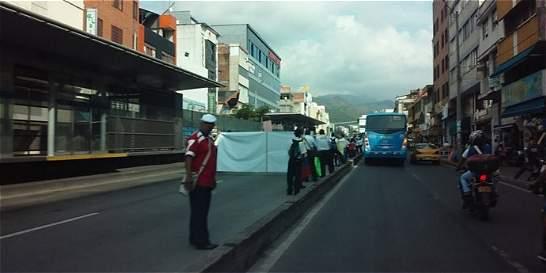 Operarios del MÍO protestan por no pago de salarios