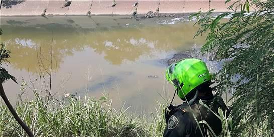 Encuentran cadáver de hombre que cayó a canal de aguas lluvias en Cali