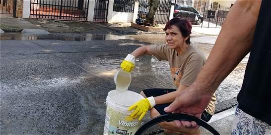 Desperdicio de agua en el barrio La Campiña por tubería estallada