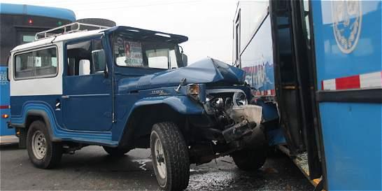 Ocho lesionados por accidente entre MIO y campero en el oriente caleño