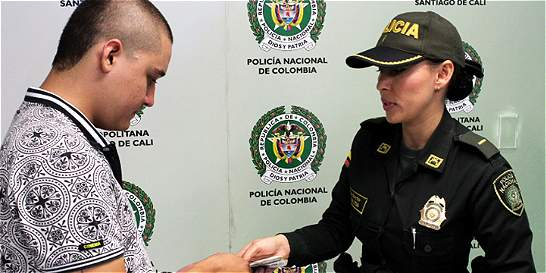 Policía de Cali regresa dos millones de pesos tirados en el piso