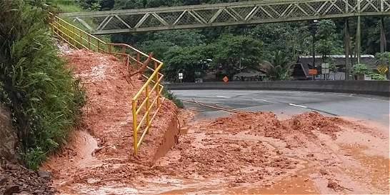 Remueven derrumbes en paso vehicular en la vía a Buenaventura
