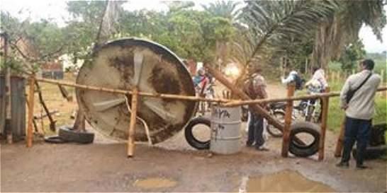 Bloquean carretera pidiendo arreglo en zona de Jamundí