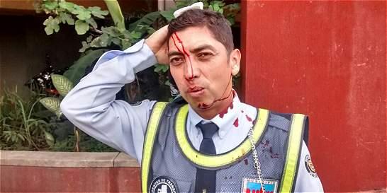 Motociclista agredió a policía de Tránsito en Cali