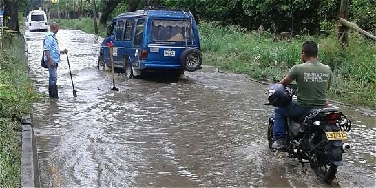 En Jamundí practican 'esquí acuático' por las calles inundadas