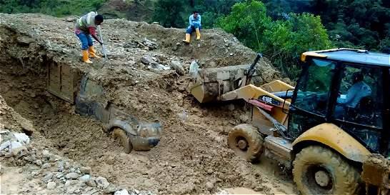 Seis vehículos atrapados y vías cerradas por derrumbes en Cauca