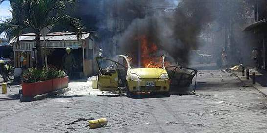 Dos muertos en explosión e incendio de taxi