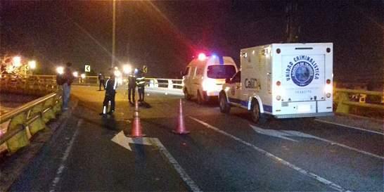 Murió policía que chocó en moto contra baranda de puente, en Cali