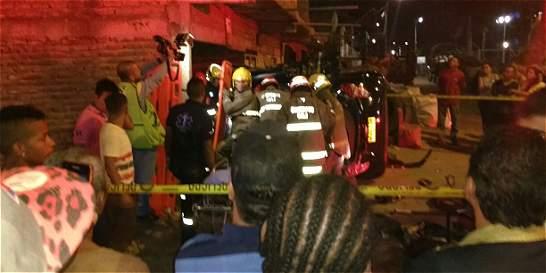Dos mujeres quedaron atrapadas en carro accidentado en Cali