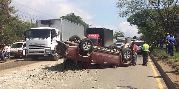 El volcamiento de esta camioneta después de la glorieta en el sentido Yumbo - Cali, hizo parte del colapso vial en este sector