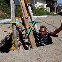 El  'cráter' en una calle de Cali donde cabe una persona entera