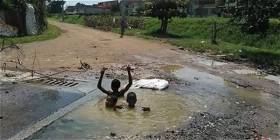 Hueco se convirtió en piscina en una vía del oriente de Cali
