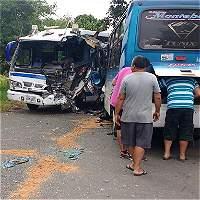 Dos busetas y un camión de pollos accidentados, en vías del Valle
