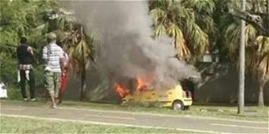 Alarma por incendio de taxi en sur de Cali