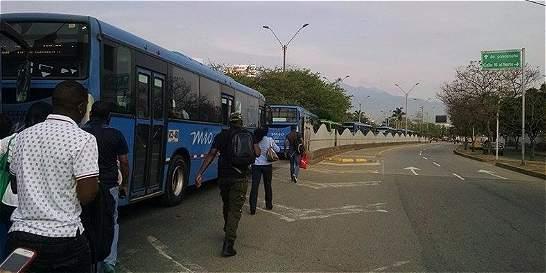 Usuarios del MÍO protestaron en calle Quinta por retrasos en servicio