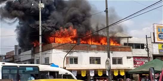 Bomberos controlan incendio en bodega de la galería Santa Elena, Cali