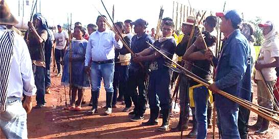 Sikuanis bloquean el paso de camiones al campo Rubiales