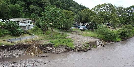 En la antigua vía a Restrepo viven bajo amenaza de la montaña y el río