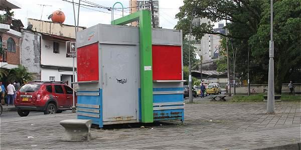 Durante el día y en áreas de alto tráfico de personas hay  casetas cerradas.