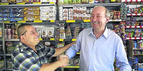 El presidente del Grupo Nutresa, Carlos Gallego (derecha) visitó la tienda de Óscar Aguirre. Este negocio representa el 64 por ciento de las ventas totales de la empresa.