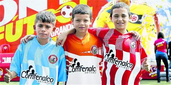 Entregan uniformes a niños del 'Festival de Festivales' en Medellín