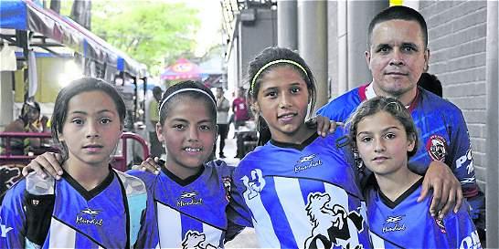Niños y niñas del Pony fútbol emulan a sus estrellas