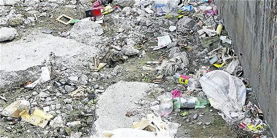 Quebrada 'La Hueso' quedó convertida en todo un basurero de Medellín