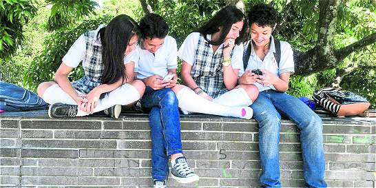 Paisas buscan internet gratuito en los parques