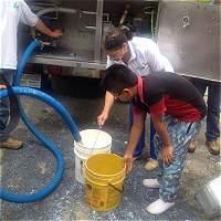 En Medelllín regalan 10.000 litros de leche perdidos en paro camionero