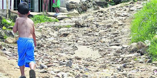 Tropezando con piedras, así se vive en un barrio de Medellín sin vías