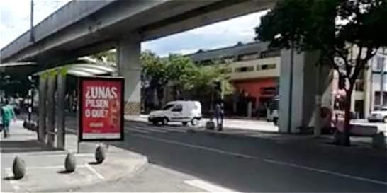 Carro de fotomultas captado haciendo giro prohibido en Medellín