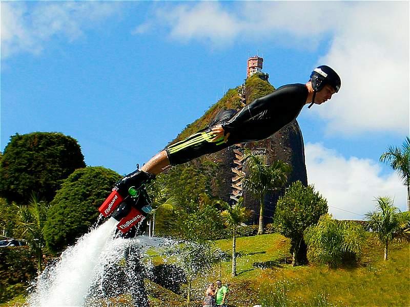 El 'Flyboard' es la sensación de volar sobre las aguas