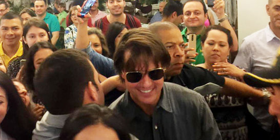 Tom Cruise causa furor con su visita a Medellín