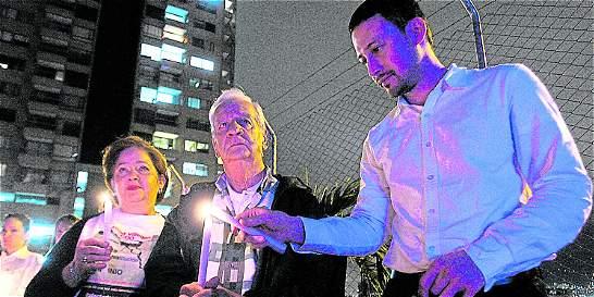 La esperanza nunca se apaga afuera de Continental Towers en Medellín
