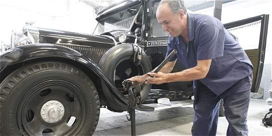 El carro fúnebre más viejo del país se niega a morir