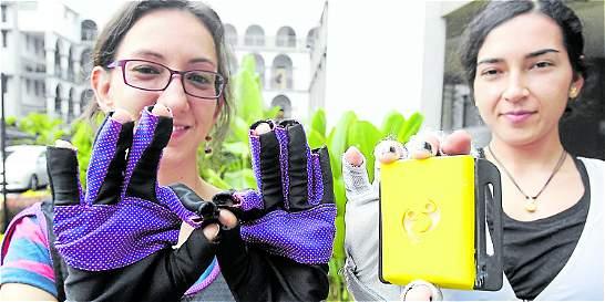 Los guantes que traducen el lenguaje de señas a palabras