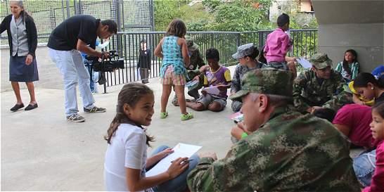 En medio de la selva, soldados reciben cartas de navidad