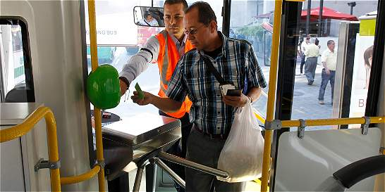 Suspenden contrato que dilataba recaudo electrónico en buses
