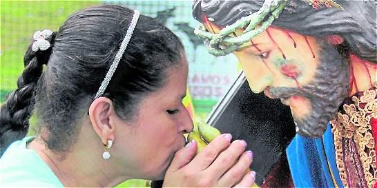 Descalzos y de rodillas, fieles van a Girardota, Antioquia