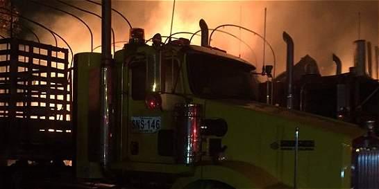Investigan incendio de cuatro camiones en Bello