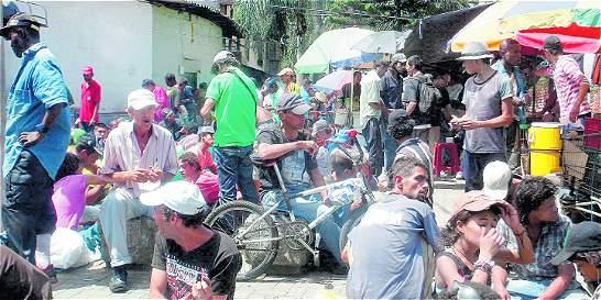 Habitantes de calle deambulan por el centro de Medellín