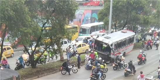 Accidente de un bus público dejó cinco heridos en Medellín