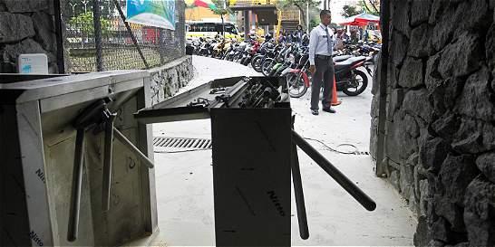 Encapuchados destruyen torniquetes de entrada en la U. de Antioquia