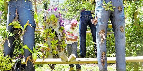 Desmovilizado crea jardínes con pantalones usados, en Medellín