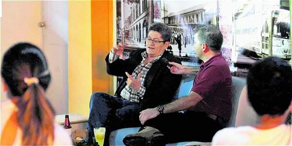Ricardo Aricapa, escritor y periodista, en la nueva tertulia literaria que empezó ayer en el corredor de Ayacuch